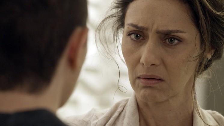 Joyce fica chocada ao ver Ivana de barba (Foto: TV Globo/Divulgação)