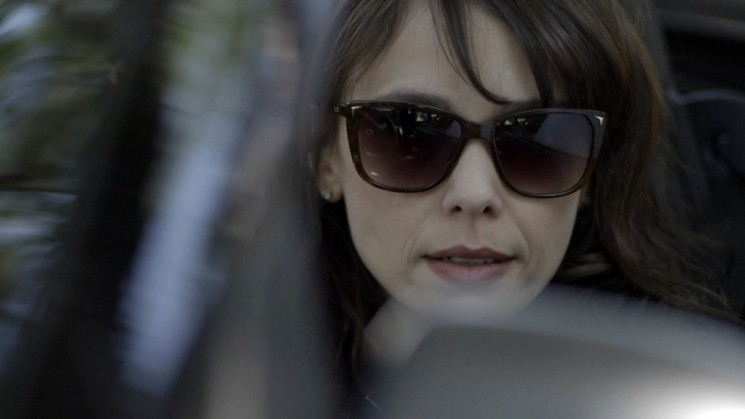 A vilã vê o pai de Caio entrando na casa de Aurora e acha que é ali que ele mora (Foto: TV Globo/Divulgação)