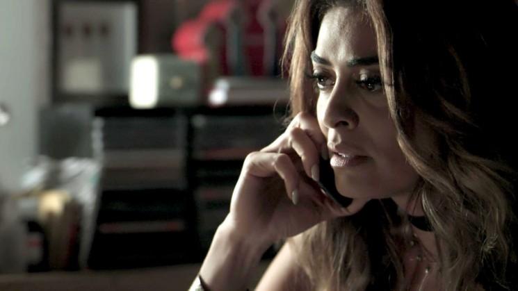 Bibi liga para Rubinho no momento em que o marido está com Carine (Foto: TV Globo)