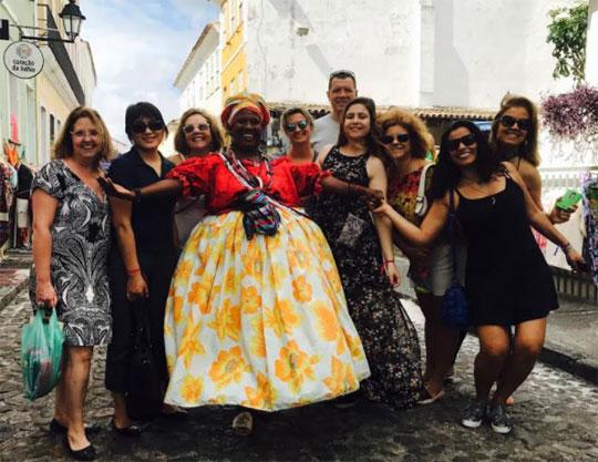 Organizadores de eventos pousam com baiana no Pelourinho