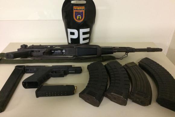 Além do fuzil AK47, a Polícia do Exército apreendeu carregadores pistola e muita munição (Foto: Polícia do Exército/Divulgação)