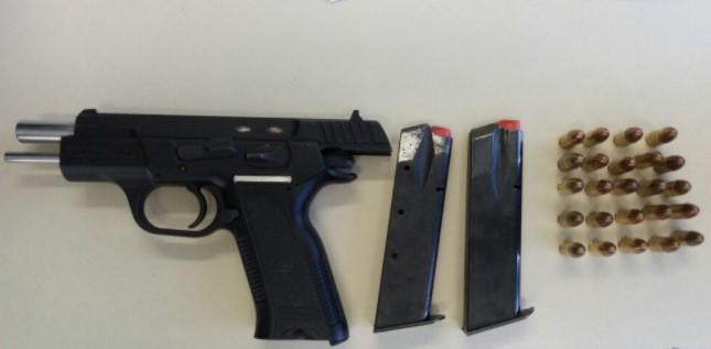 Além da arma de fogo, 'Índio' estava de posse de carregadores, 24 munições, dois celulares e R$ 40.  (Foto: SSP/Divulgação)