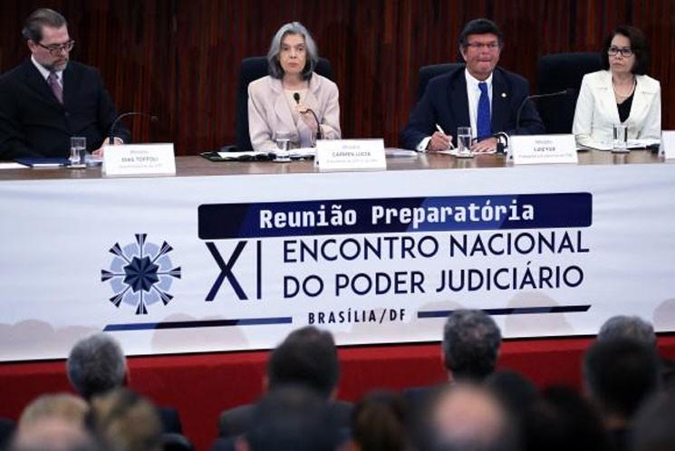 A presidente do CNJ e do STF, Cármen Lúcia, apresenta o anuário Justiça em Números 2017 durante Reunião Preparatória do XI Encontro Nacional do Judiciário, no auditório do TSE (José Cruz/Agência Brasil)