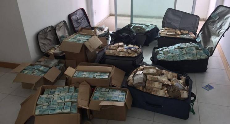 As imagens divulgadas pela assessoria da PF são impressionantes: foram recolhidas ao menos nove malas e sete caixas de papelão lotadas de notas de 100 e 50 reais.