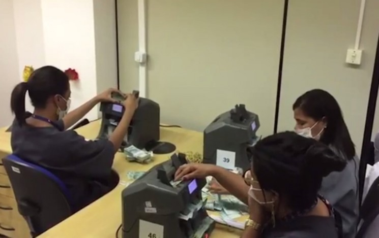 Veja a contagem do dinheiro encontrado dentro de malas e caixas em imóvel, em Salvador