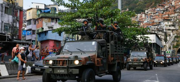Forças Armadas começam a   comunidade da Rocinha após uma semana (Foto: Agência Brasil)