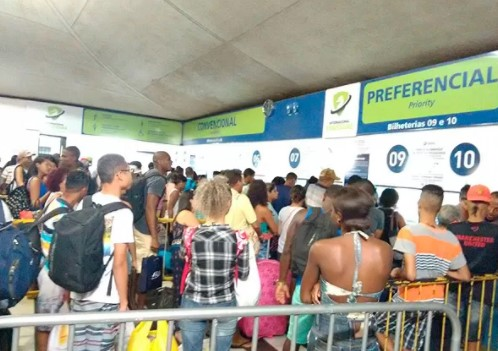 Ao comprar a passagem, o  passageiro deverá apresentar documento oficial de identificação.