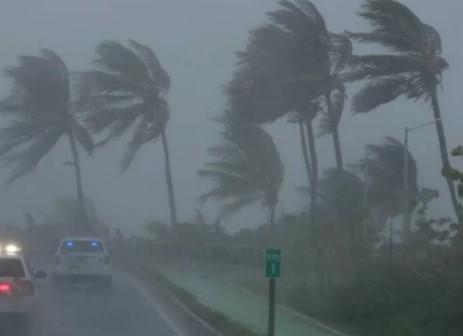 Em Miami, a força dos ventos e as chuvas geradas pelo furacão já começaram a fazer estragos na manhã de hoje. (Foto: Reprodução)