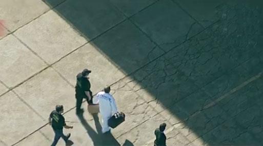 Com roupa branca e de sacola, Geddel Vieira Lima chega em Brasília cercado de policiais da PF. Seu destino é o presídio da Papuda. (Foto: Imagem TV/Reprodução)