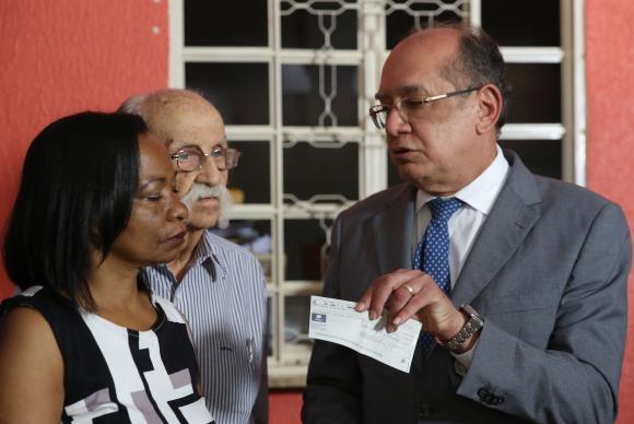 Gilmar Mendes entrega doação à representante da Casa da Mãe Preta, Rosemey Peter Ferreira (Foto: José Cruz/Agência Brasil)