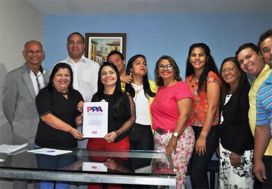 A prefeita Moema Gramacho com a equipe de trabalho da Prefeitura de Lauro de Freitas