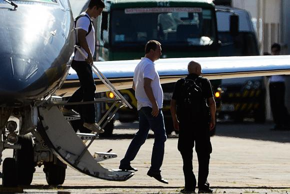 O executivo do grupo J&F, Joesley Batista, desembarca em Brasília, onde vai ficar preso na Polícia Federal (Foto: Valter Campanato/Agência Brasil)