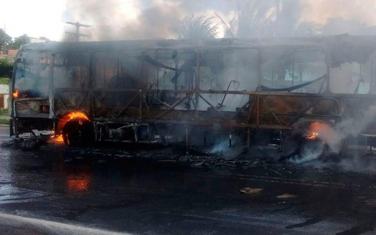 O ônibus foi incendiado  em um trecho da BA-528, no bairro de São Tomé de Paripe. (Foto: Imagem TV Bahia/Reprodução)