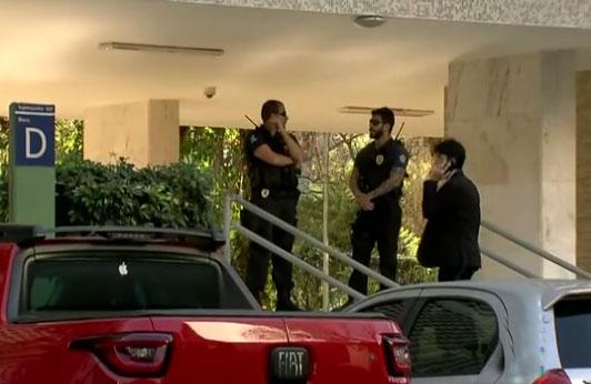 A PF chegou à residência do ministro, em Brasília, por volta de 7h e alguns policiais deixaram o local pouco depois das 9h. (Imagem TV/Reprodução)