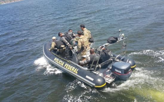 Fuzil, carabina, espingarda e revólver estavam em um veleiro localizado em Maraú. (Foto: SSP/Reprodução)