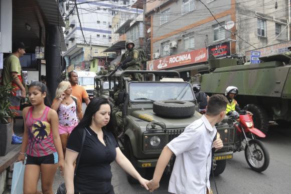 O terceiro dia de ocupação das tropas federais na Rocinha começou com aparente tranquilidade neste domingo (Foto: Vladimir Platonow/Agência Brasil)