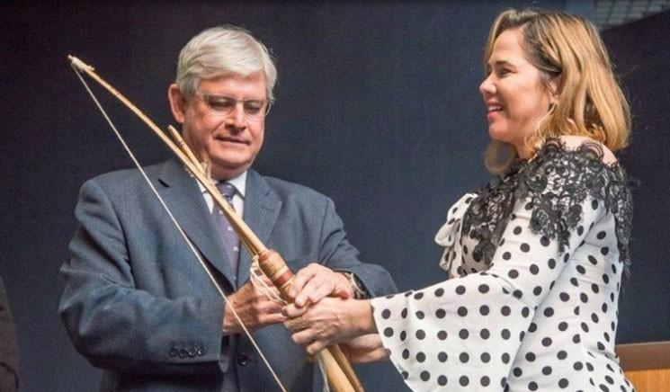 O procurador-geral da República, Rodrigo Janot, ganha um arco e flecha na cerimônia de despedida da PGR  (Foto: Divulgação PGR)
