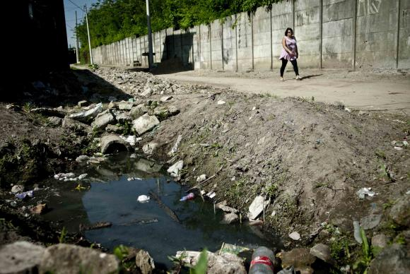 No país, 45% dos brasileiros não têm acesso a serviço adequado de esgoto (Foto: Marcelo Camargo/Agência Brasil)