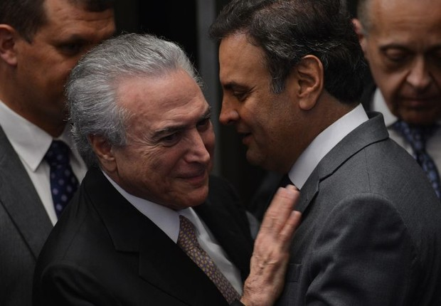 Temer e Aécio se cumprimentam durante a posse do peemedebista na Presidência (Foto: Fábio Rodrigues/Agência Brasil)