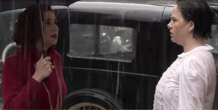Celeste a encontra na rua e oferece auxílio para a esposa do Conselheiro. (Foto: TV Globo/Divulgação)