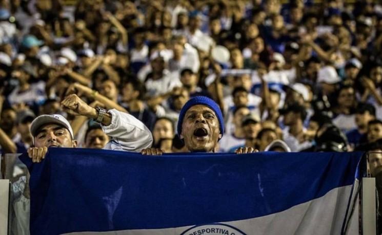 Torcida do  Confiança comemorou muito o triunfo diante do Fortaleza, que deixou o time  no páreo para ganhar vaga para a Série B.