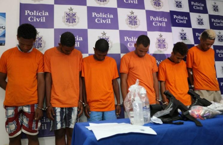 Os seis presos foram apresentados pela SSP à imprensa (Foto: Alberto Maraux/SSP/Divulgação)