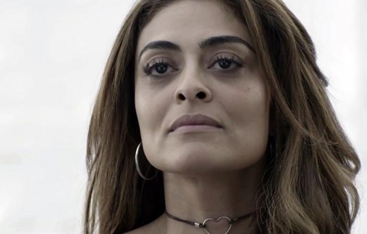 Ao chegar na comunidade, visivelmente abatida, Bibi se depara com a loirinha, que aproveita para debochar da simplicidade da Perigosa. A morena desabafa com a amiga Alessia (Hylka Maria). (Foto: TV Globo/Divulgação)