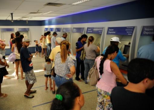 No feriado, os clientes poderão recorrer a canais alternativos, como caixas eletrônicos e internet banking. (Agência  Brasil)