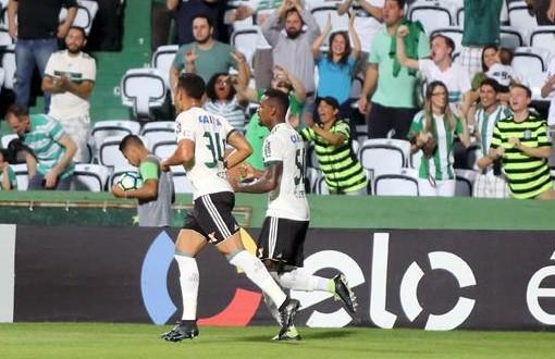 O Coritiba ganhou uma posição, mas segue na zona do rebaixamento.