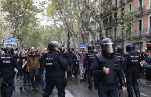 Eleitores da Catalunha encaram Polícia Nacional em Barcelona (Foto: Reprodução)