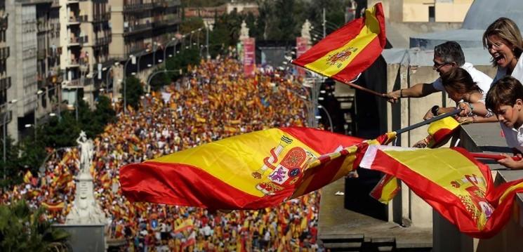À manifestação estiveram presentes representantes de diferentes partidos, entre eles o presidente do governamental Partido Popular (PP) na região, Xavier García Albiol. (Foto: El Periódico/Barcelona/Reprodução)