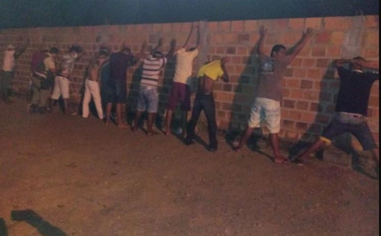 Polícia fez uma operação baculejo nas imediações do bar onde a festa foi realizada. (Foto: SSP/Divulgação)