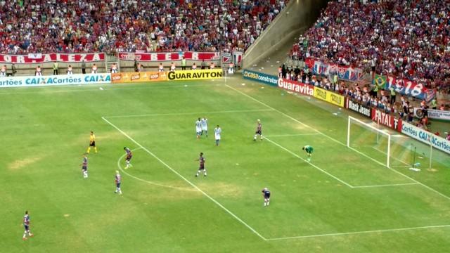 No confronto entre nordestinos, quase 45 mil pessoas foram à Arena Castelão neste sábado e viram o Azulão vencer o Fortaleza por 2 a 1.