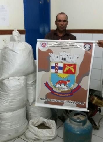 Luciano e as drogas foram apresentados na Delegacia Territorial de Xique-Xique (Foto: SSP/Natália Verena/Divulgação)