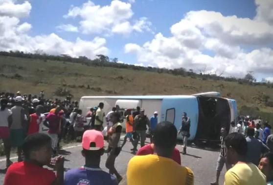 O  ônibus   tombou na BA-421,  entre Mundo Novo e Piritiba. (Foto: WhatsApp/Reprodução)