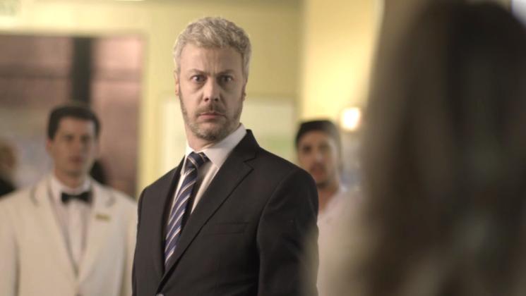 Douglas vê um burburinho no hotel e vai até lá para colocar ordem (Foto: TV Globo/Divulgação)