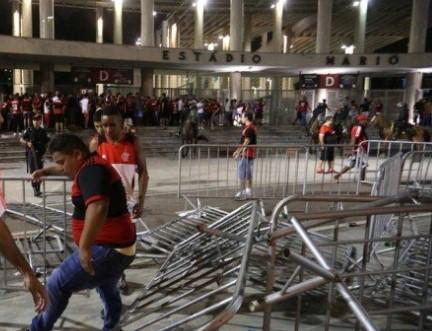 Torcedores do Flamengo invadem Maracanã e provocam tumulto no entorno do estádio