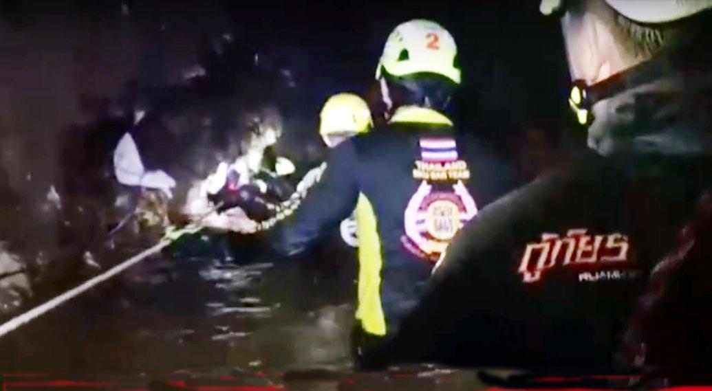Tailândia retira mais 4 meninos da caverna; Oito já foram salvos e faltam cinco.