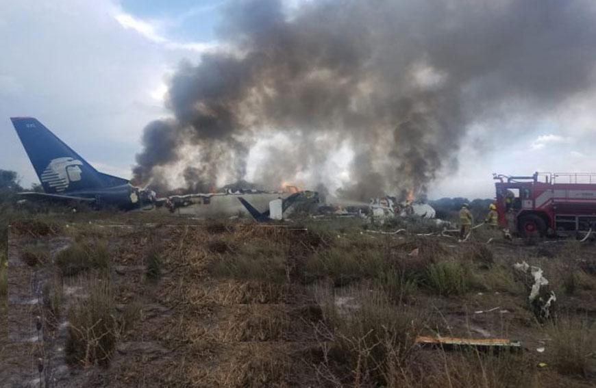 Avião da Embraer com 101 a bordo cai no México após abortar decolagem