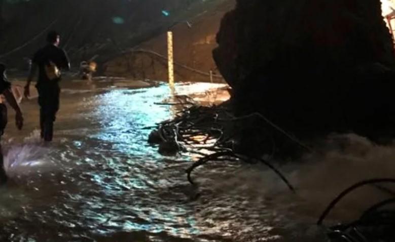 Tailândia resgata 12 jovens e treinador de caverna após dias de drama