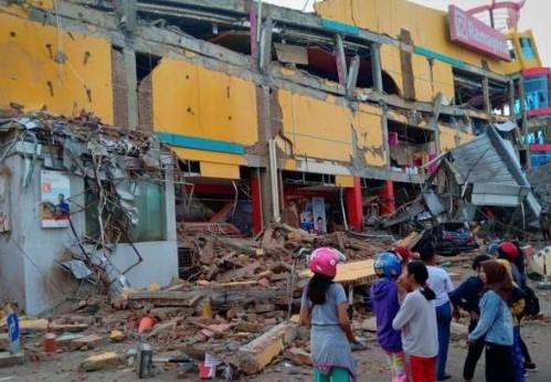Equipes trabalham 24h nas buscas por sobreviventes na Indonésia
