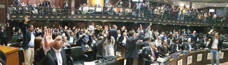 """Assembleia da Venezuela declara """"formalmente a usurpação"""" do governo"""