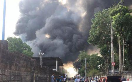 Incêndio na fábrica da Ortobom começou no setor de produção de blocos de espuma (Foto: Imagem de TV/ TV Bahia/Reprodução)