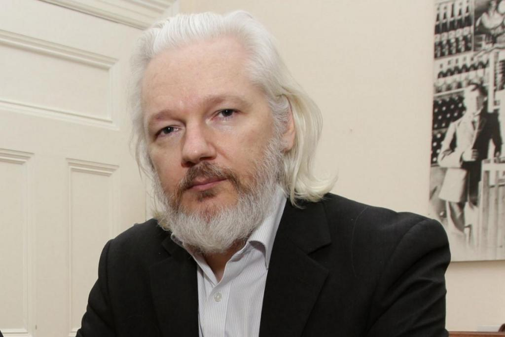 Julian Assange, fundador do Wikileaks, é preso em Londres.