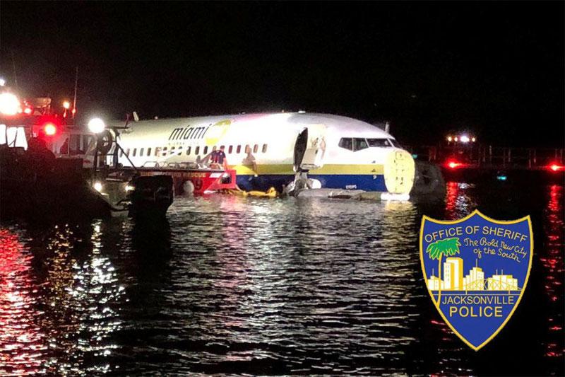Boeing 737 sai da pista e cai em rio na Flórida com 143 pessoas a bordo