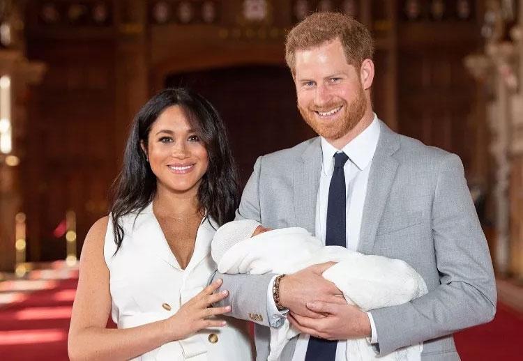 Meghan e Harry mostram o bebê pela primeira vez