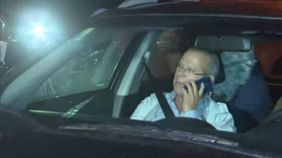 José Dirceu se entrega à polícia para cumprir pena na Lava Jato