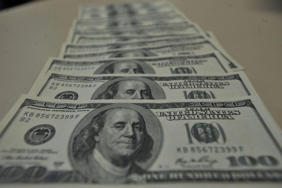 Dólar supera R$ 4 e fecha no maior valor em oito meses