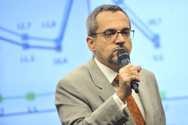 Ministro diz ser contra cobrar mensalidade em universidade federal