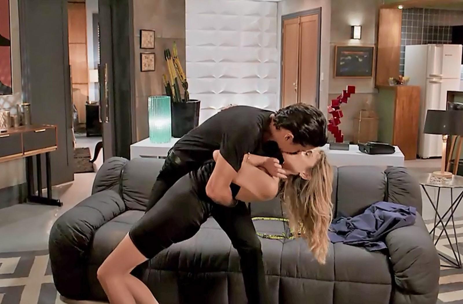Verão 90: Jerônimo se empolga e beija Manuzita na boca